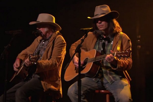 Neil_Young_Performs_Duet_With-056c04437d5652372fd64981f8e32f75.cf